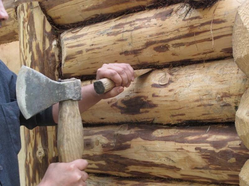 Как выполняется конопатка сруба в зимних условиях или в дождь