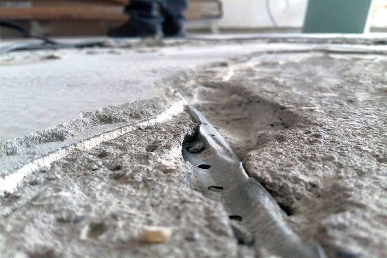 Ремонт стяжки пола: как усилить бетонную стяжку, как делать ремонт своими руками и заделывать трещины плиточным клеем