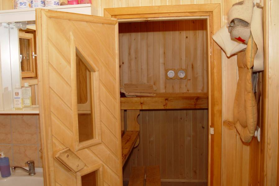 Выбираем или делаем деревянные двери для бани