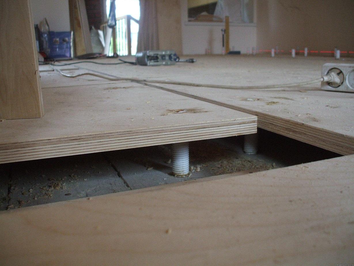 Как выровнять пол фанерой: какую взять толщину листа для деревянного и бетонного покрытия под ламинат, можно ли это сделать своими руками?