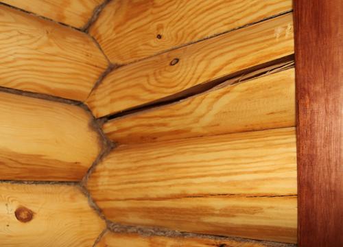 Чем заделать щели в бревнах сруба: видео-инструкция по монтажу своими руками, особенности заделки швов в бревенчатом доме, чем замазать между деревом и кирпичной кладкой, цена, фото