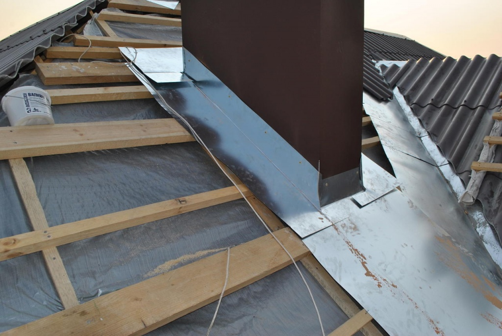 Труба на крыше из металлочерепицы: ее обход и примыкание