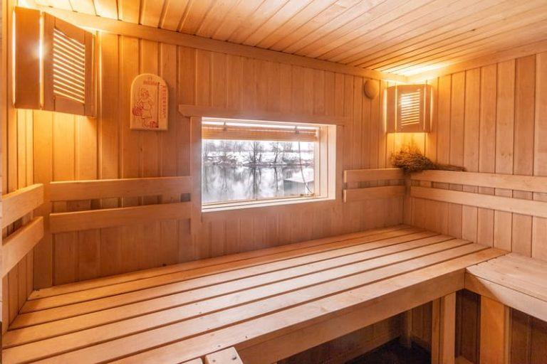 Окна для бани: варианты в парилку, можно ли пластиковое окно в парной, размеры, установка стеклопакета, как установить окошко, фото и видео