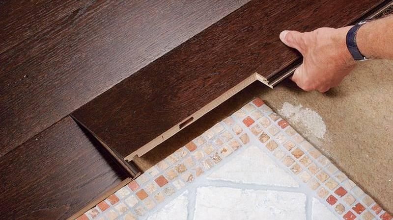 Стыковка плитки и ламината: разные способы соединения с фото