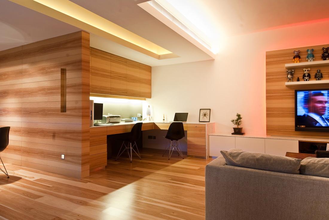 Ламинат на стене в спальне (53 фото): дизайн оригинальной и недорогой отделки в интерьере