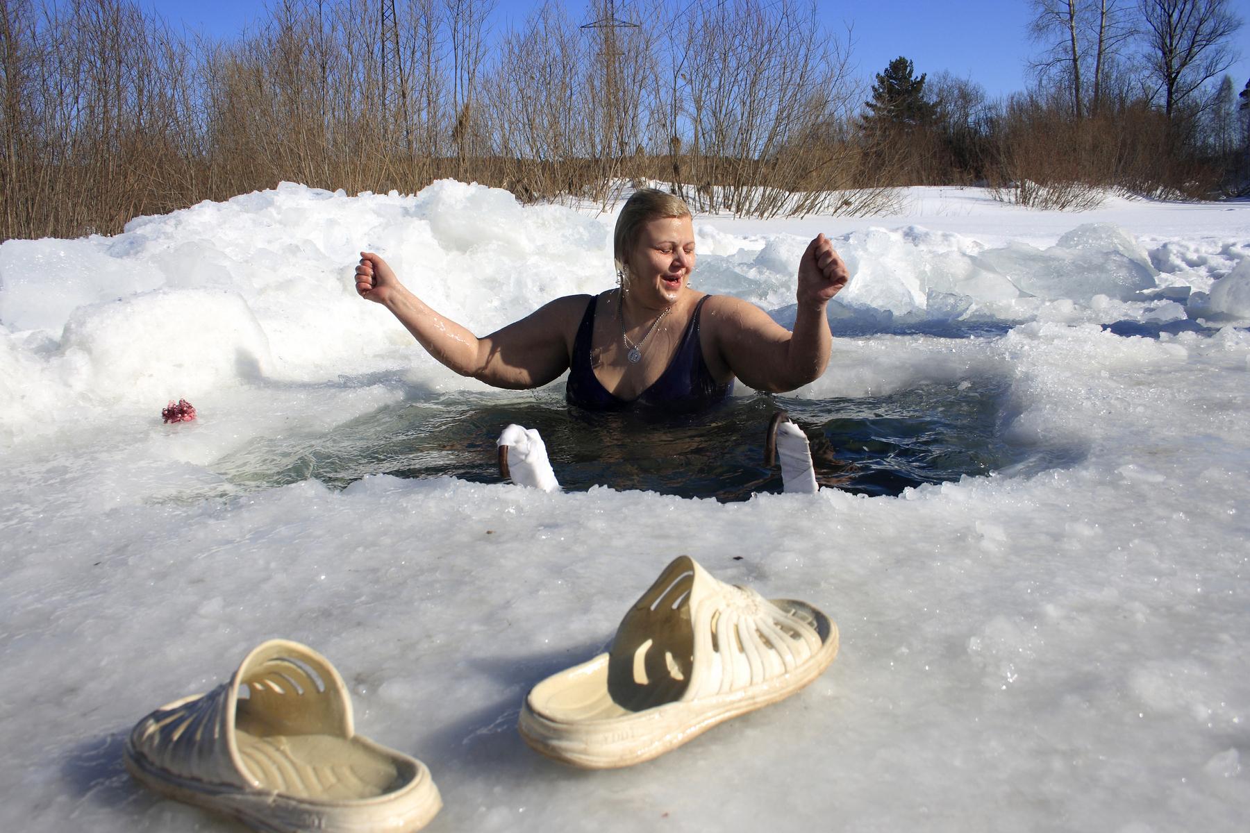 Как правильно охладиться после бани, безопасное обливание водой