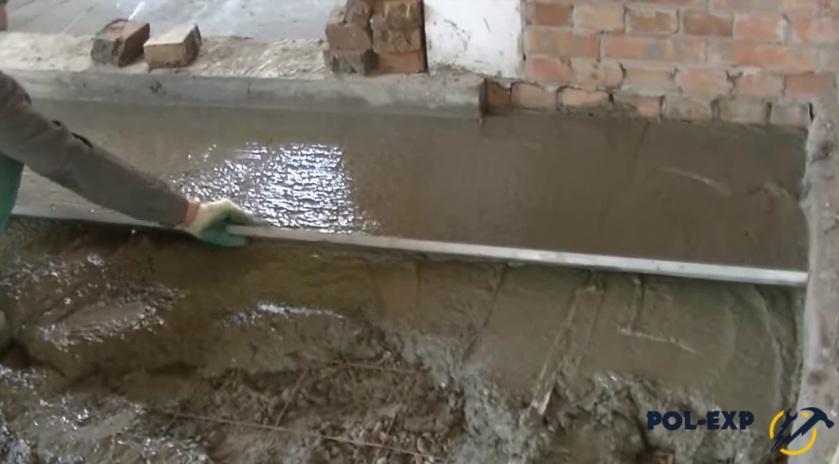 Как выполняется заливка пола в бане – делаем уклон для отвода воды