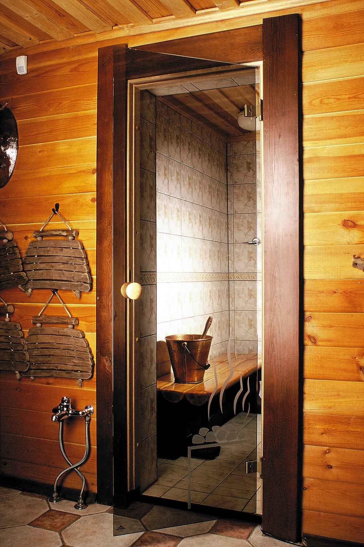 Стеклянные двери для бани (41 фото): фурнитура и петли, размеры конструкций для сауны, варианты из стекла размером 700х1700 с деревянной ручкой