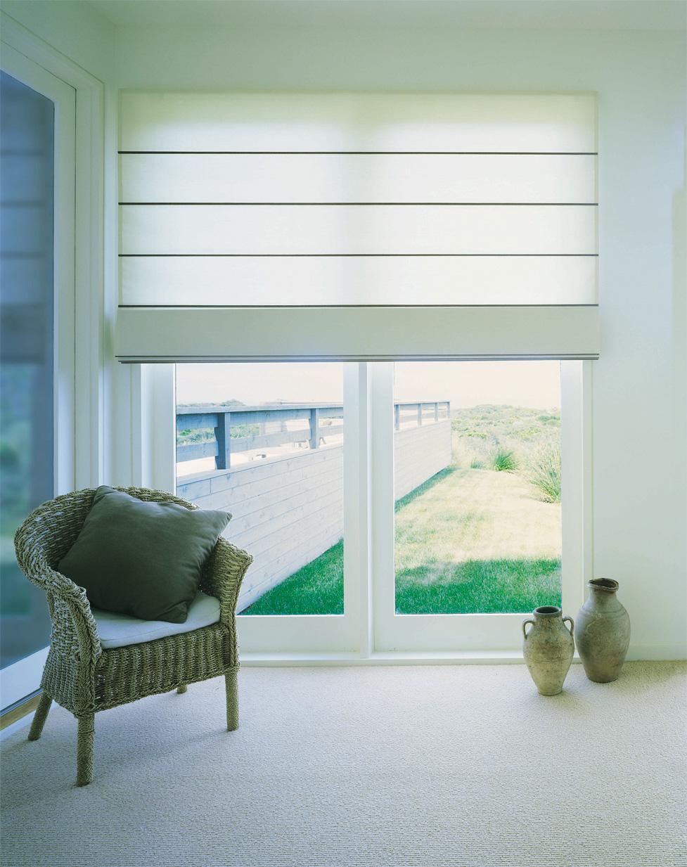 Рулонные шторы в зал (52 фото): разные виды рулонных штор на окна в интерьере гостиной