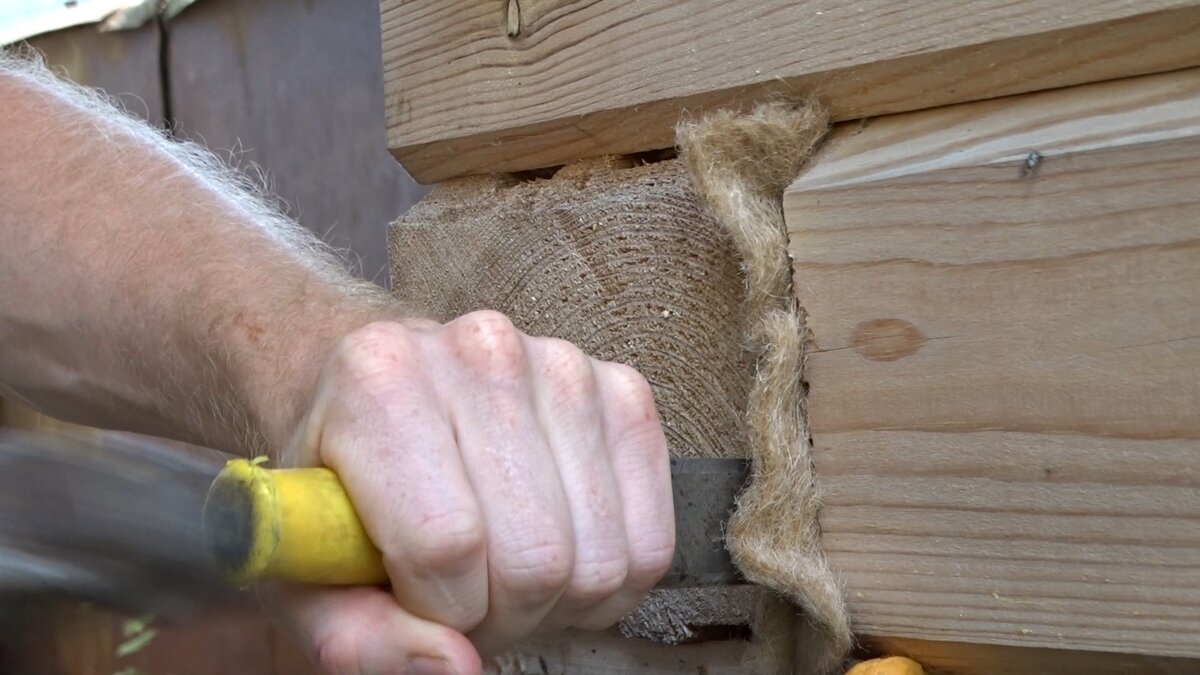 Конопатка дома из сруба своими руками: задачи, этапы, рабочие инструменты и материалы