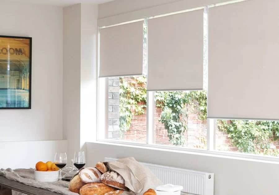 Рулонные шторы и тюль в интерьере: правила сочетания