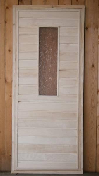 Преимущества дверей из липы для бани и их особенности