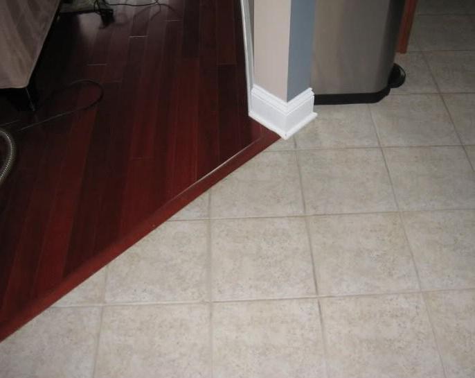 Как соединить плитку и ламинат на полу: примыкание порога к двери
