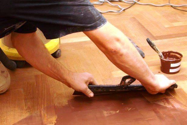 Как надежно заделать щели и трещины в деревянном полу