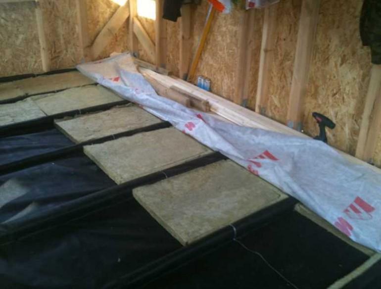 Как правильно положить пароизоляцию на потолок?