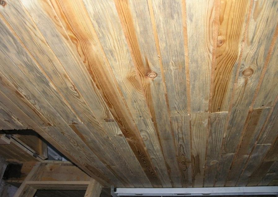 Как своими руками сделать потолок из досок?