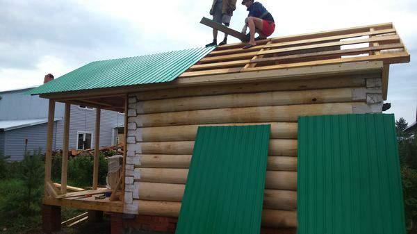 Как и чем покрыть крышу бани?
