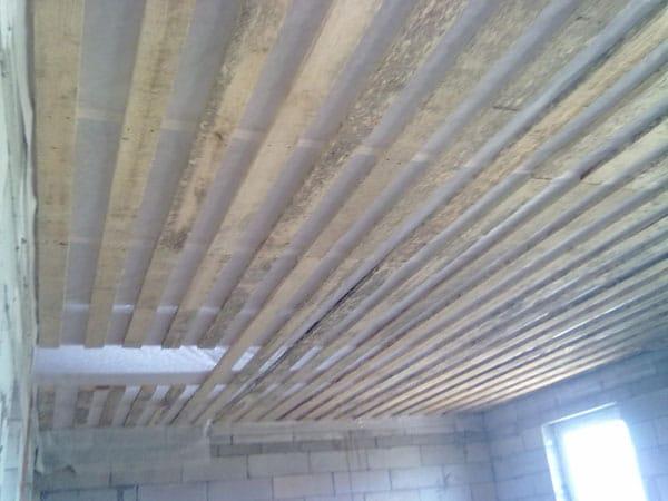 Для чего нужна пароизоляция потолка?