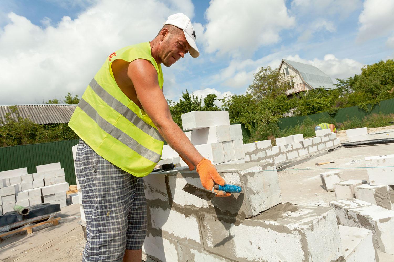 Из чего дешевле построить дом: оцениваем достоинства и недостатки газоблоков и пеноблоков