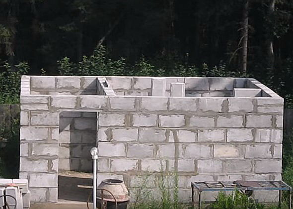 Баня из пеноблоков: видео-инструкция по монтажу своими руками, поэтапное строительство, примеры двухэтажной баньки, гостевого дома, фото
