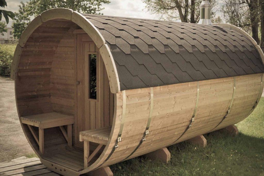 Баня бочка финская деревянная из кедра, сосны или лиственницы с душевой, туалетом и террасой, плюсы и минусы, варианты проектов, как построить своими руками на участке