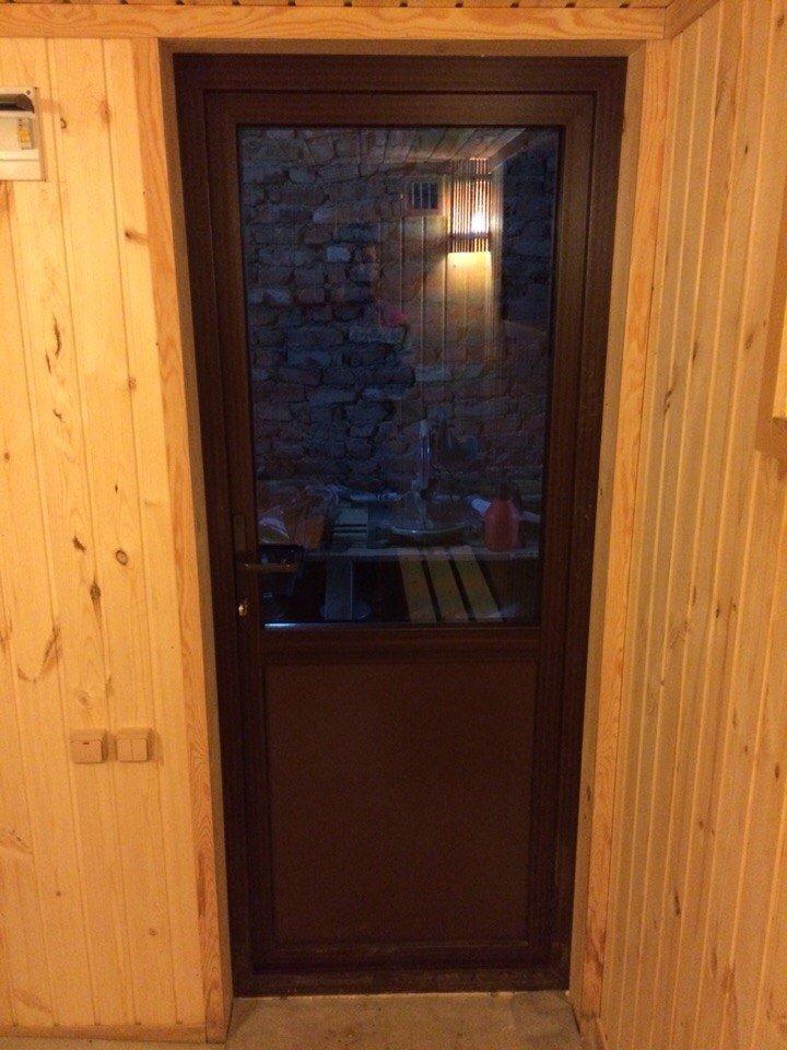 Где купить двери для бани и сауны недорого: деревянные: из липы, осины и других пород, стеклянные, входные/уличные, пласитиковые, в парилку, металлические