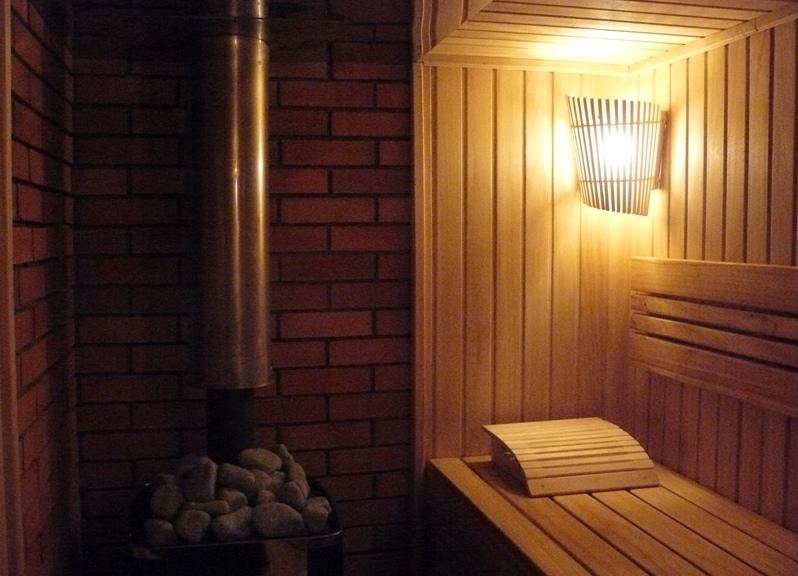 Светильники для сауны и бани: свет в парилке, светодиодное освещение, люстры из дерева, керамические лампы своими руками, лампочки в плафон для саун, фото и видео