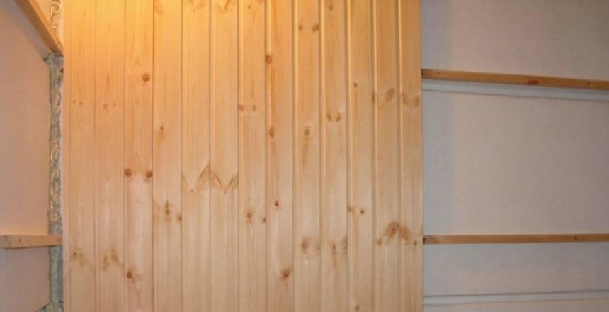 Как крепить вагонку правильно к стене, в том числе в парилке: деревянную, пластиковую, пвх и штиль, горизонтально и вертикально, и чем лучше – гвоздями, кляймерами?