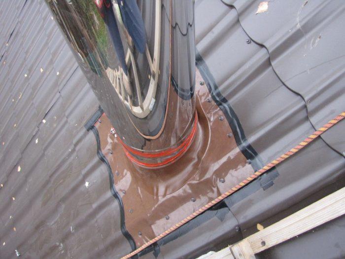 Проход трубы через крышу из металлочерепицы – рассмотрим порядок обустройства проходя печной трубы через кровлю