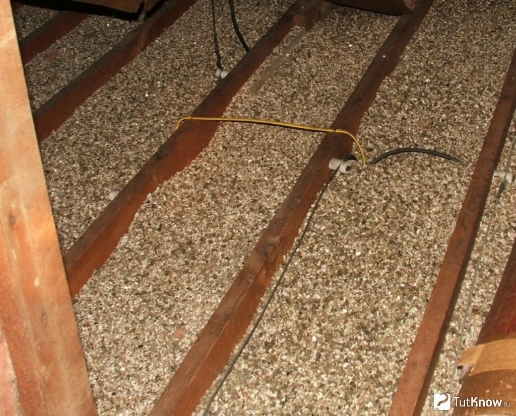 Как утеплить потолок в бане с холодной крышей: лучшие способы и инструкции!