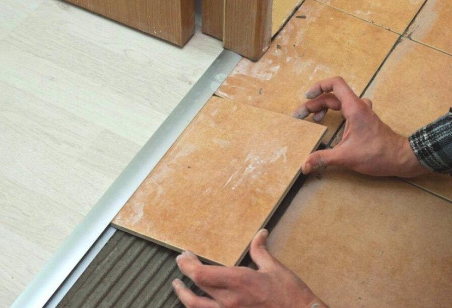 Стыковка плитки и ламината на полу — обзор способов соединения