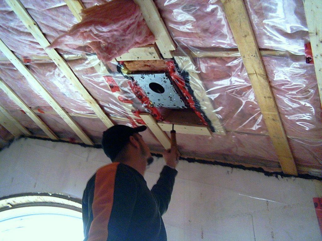 Гидроизоляция и пароизоляция потолка в деревянном перекрытии в ванной