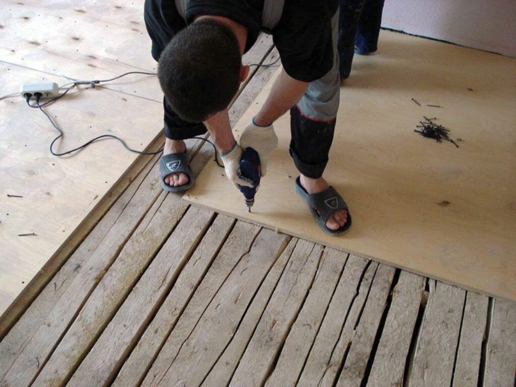 Как выровнять деревянный пол фанерой: разбор 4-х схем выравнивания в зависимости от величины перепадов