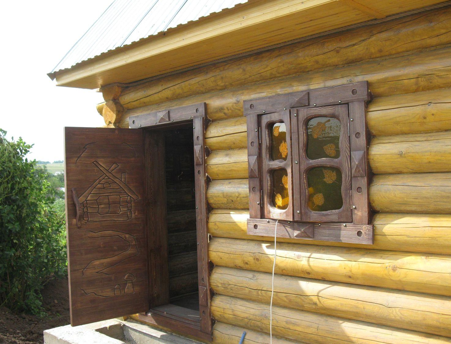 Окно в парной: где ставить и можно ли обойтись без него?