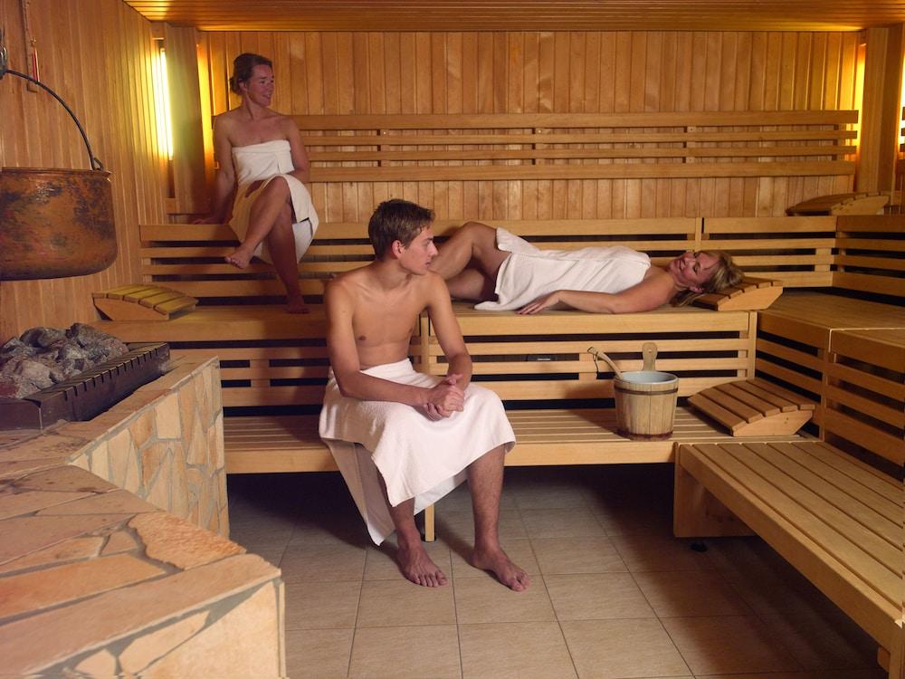 Можно ли в месячные ходить в баню: да или нет? :: syl.ru