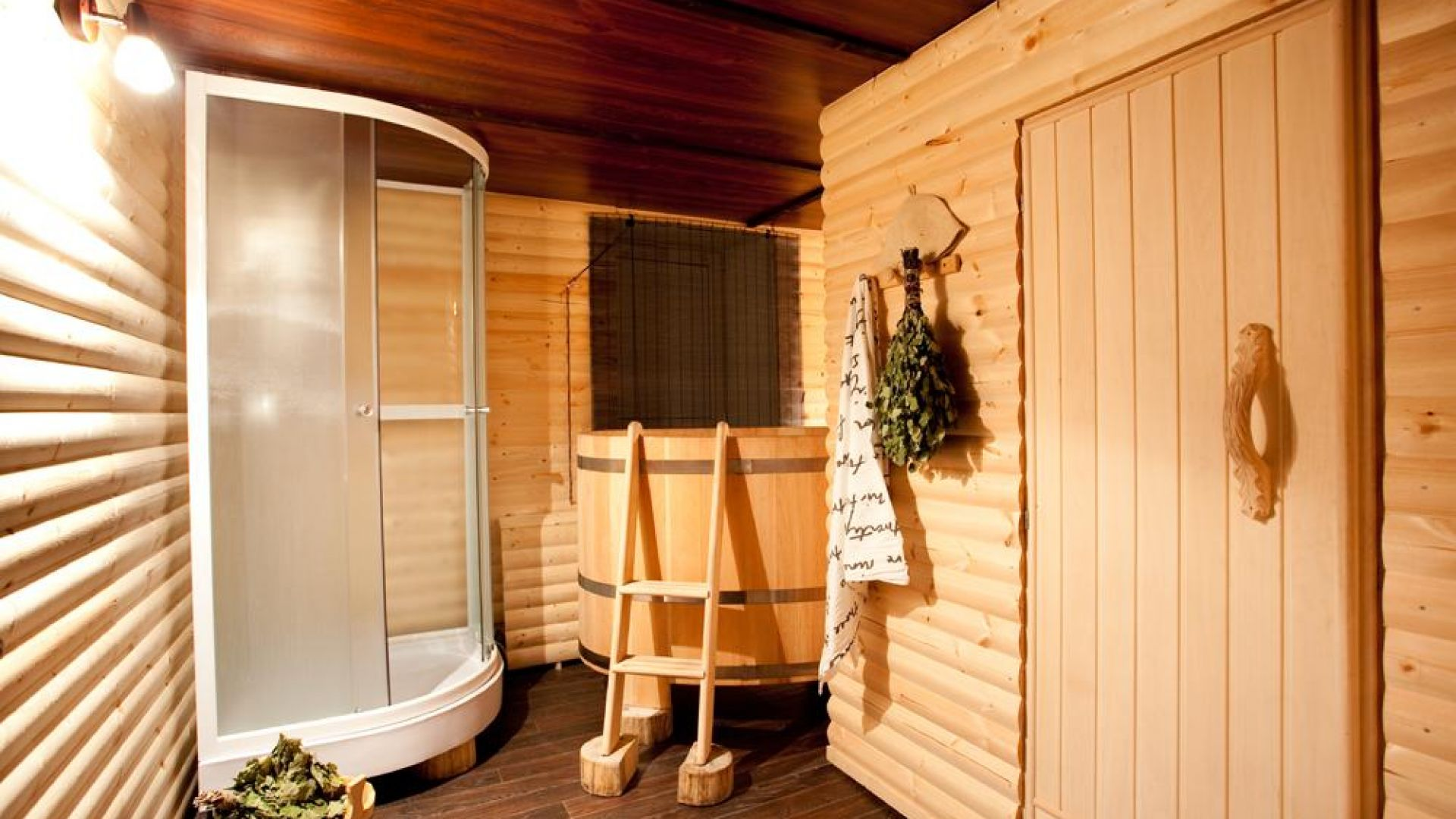 Правильная баня: дверь в парную, выбор материалов на деревянную для парилки