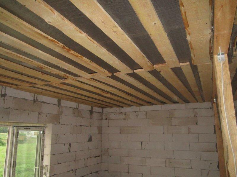 Потолок под старину из необрезной доски — особенности и применение