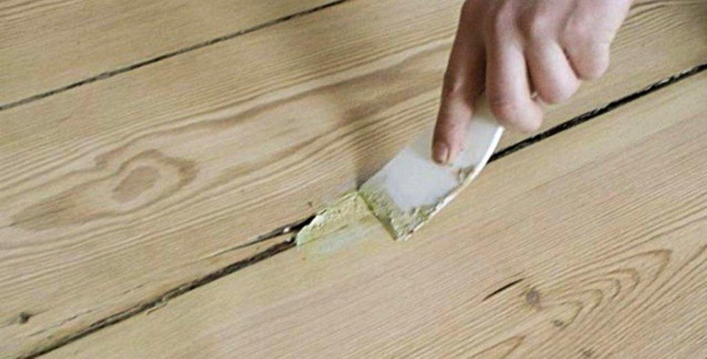 Щели в деревянном полу: как и чем лучше заделать?