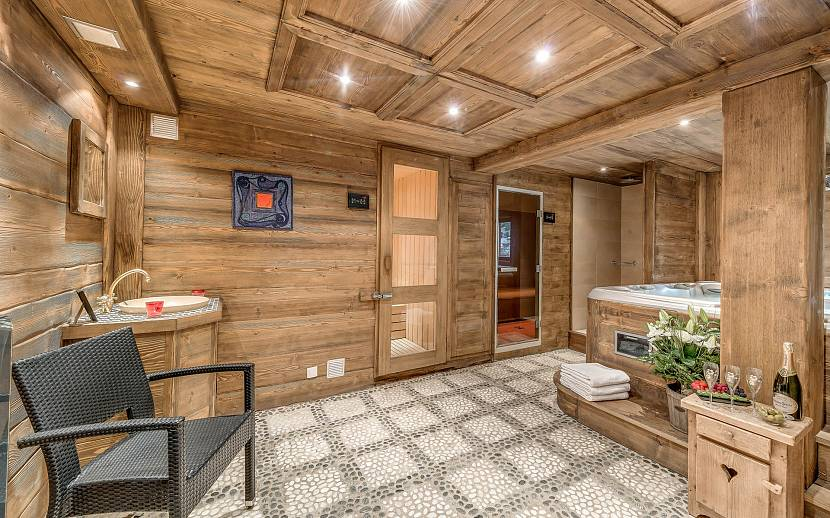 Чем покрыть пол в бане: лучшие составы и особенности нанесения