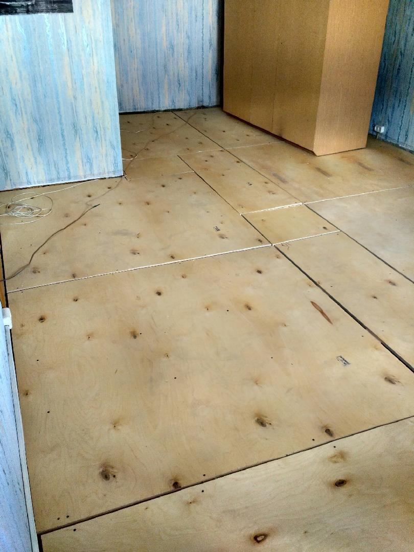 Как выровнять деревянный пол фанерой: советы по выбору материала и способам укладки