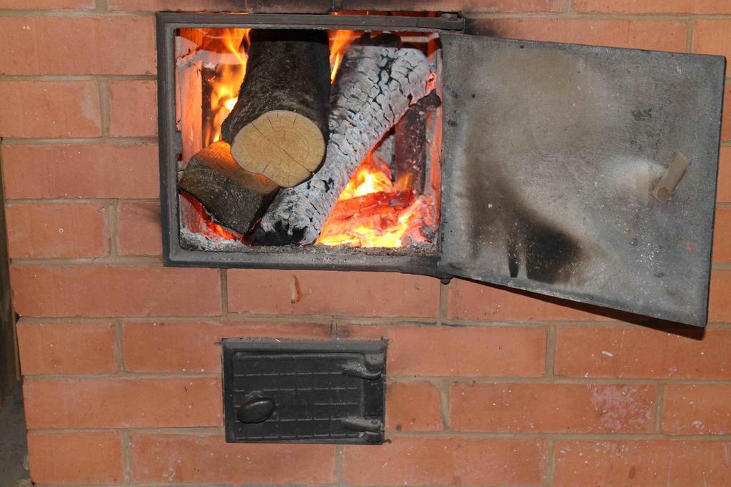 Чем лучше и как правильно топить баню: советы по растопке и выбору дров