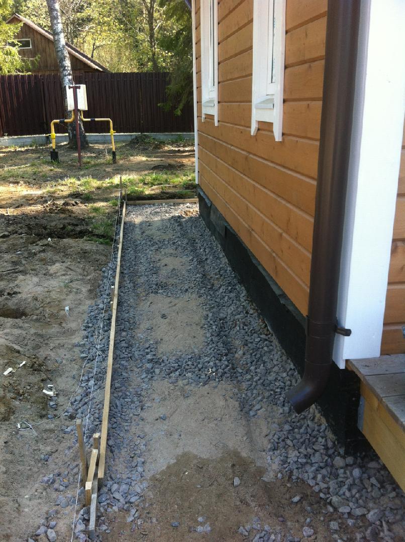 Отмостка вокруг дома своими руками:  как правильно сделать, из тротуарной плитки, размеры, что такое бетонная, мягкая, здания