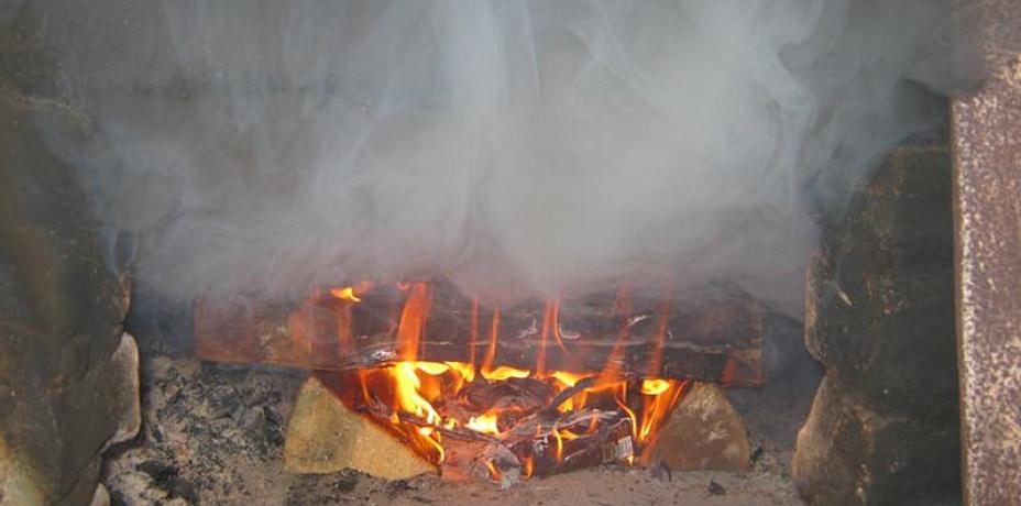 Почему дымит котел – возможные причины отсутствия тяги, что делать, если задувает ветер, а дым идет вовнутрь