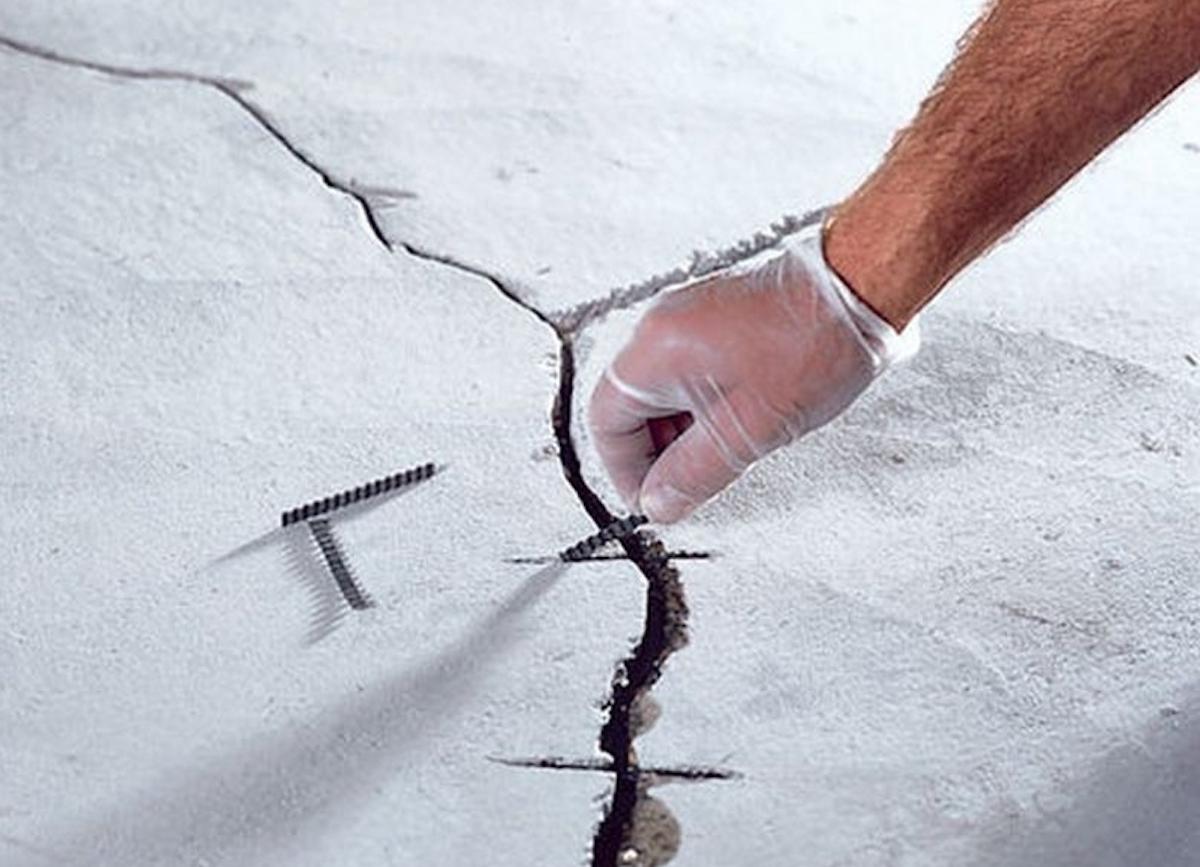 Ремонт стяжки пола в квартире: как заделать трещины цементной смесью и устранить выбоины, выровнять основание и заменить старый бетонный слой своими руками?