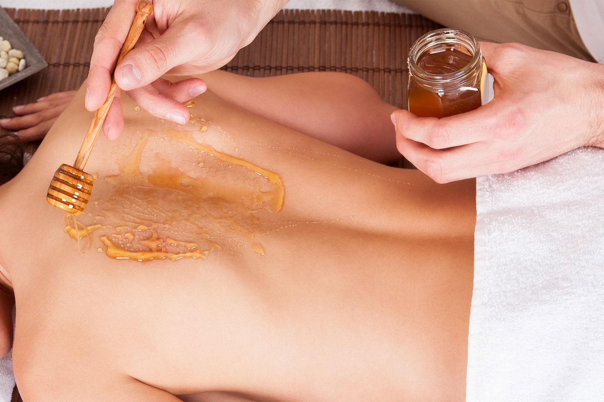 Медовый массаж в бане - польза, противопоказания, техника проведения массажа