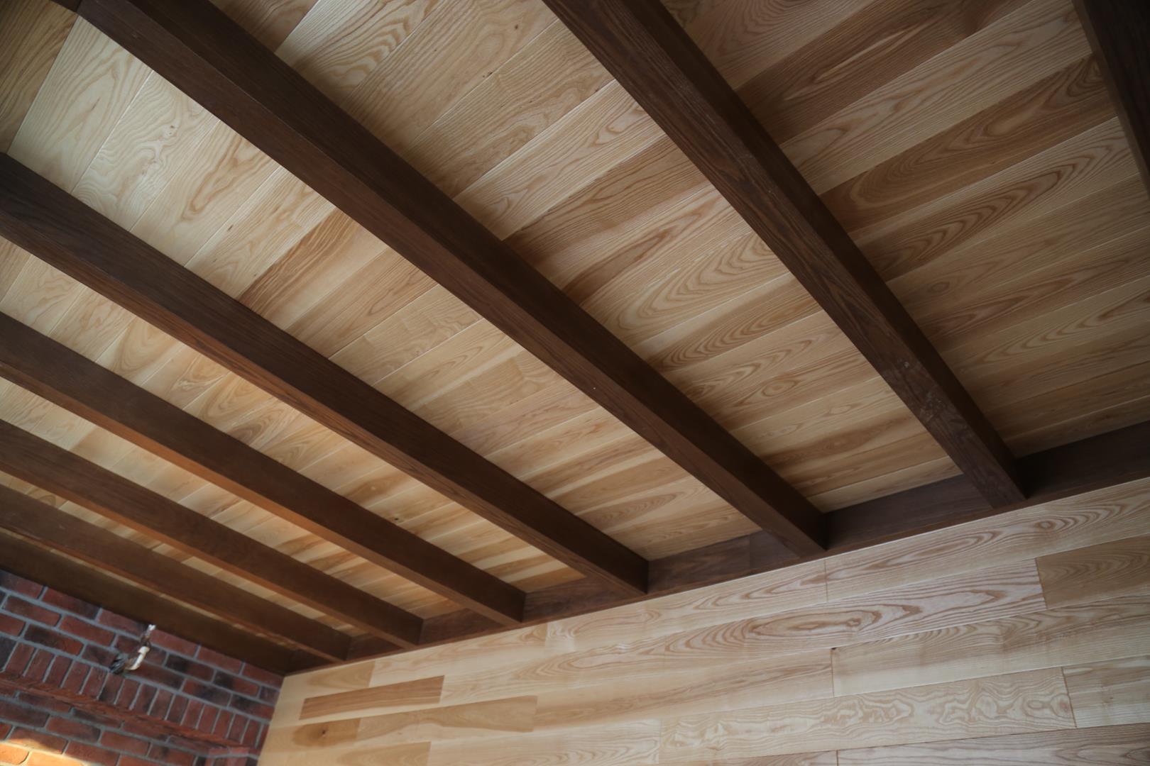 Подшивка потолка гипсокартоном по деревянным балкам: монтаж обрешетки и как крепить
