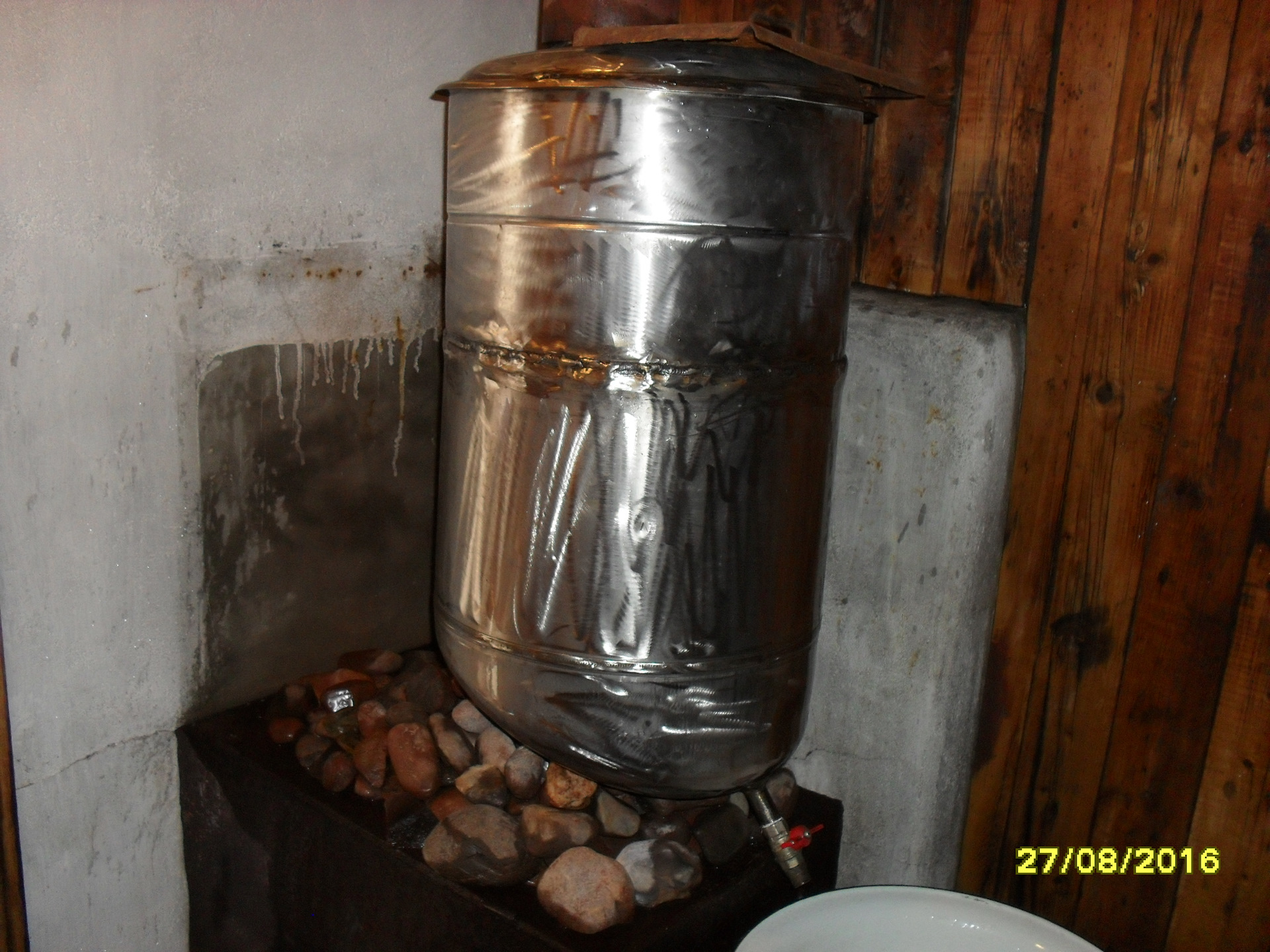 Особенности выбора и установки бака для воды в баню