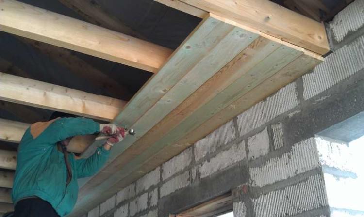 Устройство потолка в частном доме, из чего лучше сделать покрытие, особенности гидроизоляции, чем обшить и как подшить доской поверхность, фотографии и видео