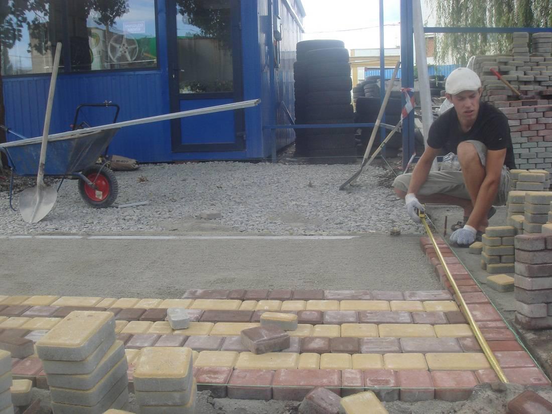 Укладка тротуарной плитки своими руками: технология, пошаговая инструкция