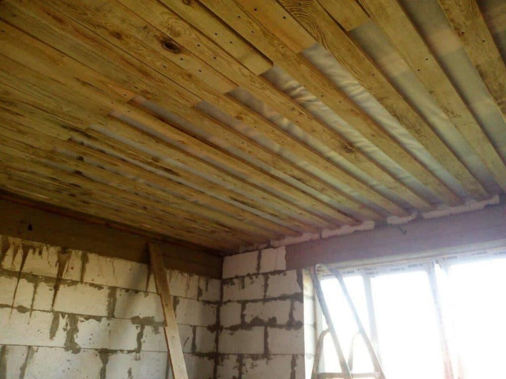 Подшивка чернового потолка по деревянным балкам - блог о строительстве